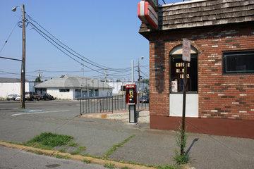 Boston  Vereinigte Staaten von Amerika  Strasse und Oberleitungen in einem Vorort