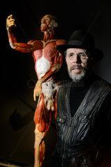 Berlin  Deutschland  Gunther von Hagens  Plastinator  vor dem Plastinat Autopsie-Body
