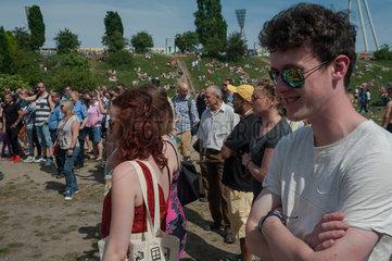 Berlin  Deutschland  Besucher im Mauerpark