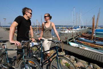 Hjarbaek  Daenemark  Fahrradfahrer im Hafen von Hjarbaek