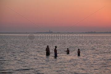 Strukkamp  Deutschland  Urlauber nehmen ein Bad in der Ostsee