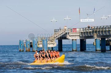 Heringsdorf  Deutschland  Besucher auf einem Bananenboot am Strand von Bansin