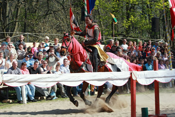 Rabenstein  Deutschland  Menschen betrachten Reiter und Pferd bei einem Ritterfest