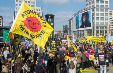 Berlin  Deutschland  Menschen bei einer Anti-Atomkraft-Demonstration