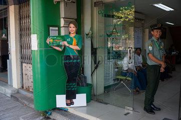 Yangon  Myanmar  Aufsteller aus Pappe vor einer Filiale der United Amara Bank