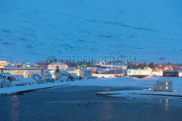 Fjord der Feuerstelle  Island  Haeuser am Hafen