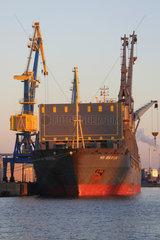 Wismar  Deutschland  leeres Frachtschiff im Hafen