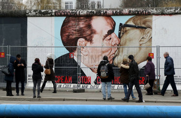 Berlin  Deutschland  Menschen an der East Side Gallery