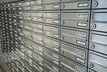 Briefkastenanlage in einem Hochhaus