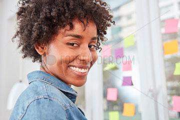 Junge multikulturelle Business Frau im Workshop
