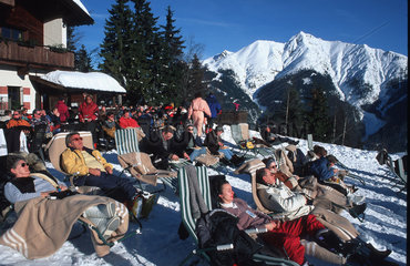 Seefeld  Oesterreich  Skifahrer machen Pause auf dem Gschwandtkopf