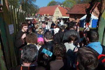 Rabenstein  Deutschland  Menschen am Eingang zu einem Ritterfest auf der Burg Rabenstein