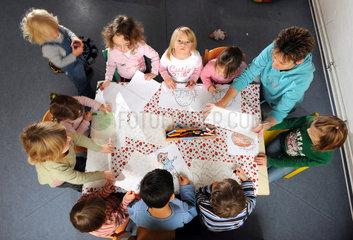 Berlin  Deutschland  Kinder beim Malen in einer Berliner Kindertagesstaette