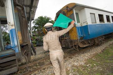 Kanchanaburi  Thailand  Schaffner am Bahnhof
