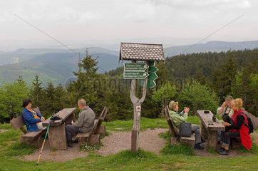 Lindewerra  Deutschland  Wanderer pausieren auf dem Hoeheberg