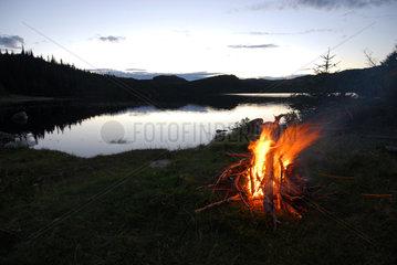 Bonavista  Kanada  Lagerfeuer an einem einsamen Bergsee