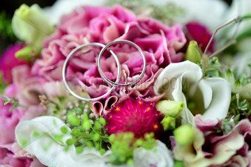Hannover  Deutschland  Eheringe auf einem Brautstrauss bei einer Hochzeit