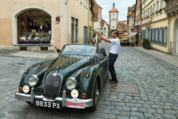 Rothenburg ob der Tauber  Deutschland  ein englischer Oldtimer in der Altstadt