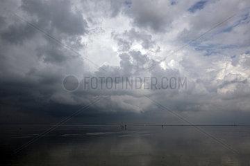 Cuxhaven  Deutschland  Gewitterwolken ueber dem Wattenmeer