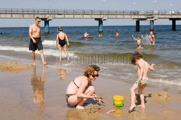 Heringsdorf  Deutschland  Badegaeste am Strand von Bansin