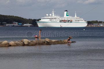 Eckernfoerde  Deutschland  MS Deutschland in der Eckernfoerder Bucht