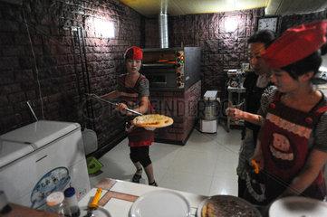 Pjoengjang  Nordkorea  Mitarbeiterinnen in der Kueche einer Pizzeria