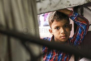 Portrait eines Jungen in einem Armenviertel in Indien