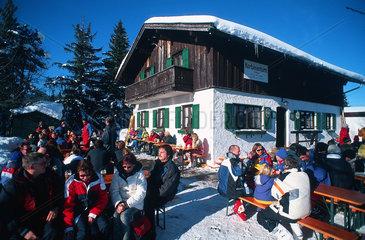 Mittenwald  Deutschland  Besucher an der Korbinianhuette am Hohen Kranzberg