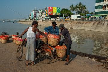 Mawlamyaing  Myanmar  Maenner beladen eine Fahrradrikscha