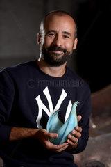 Berlin  Deutschland  Tim Stolzenburg  Produktdesigner der neuen Goldenen Henne