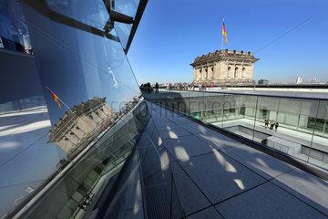 Berlin  Deutschland  Menschen auf der Terrasse des Reichstagsgebaeudes
