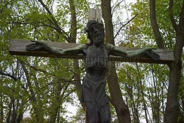 Berlin  Deutschland  Jesuskreuz auf dem alten Domfriedhof der St. Hedwigsgemeinde