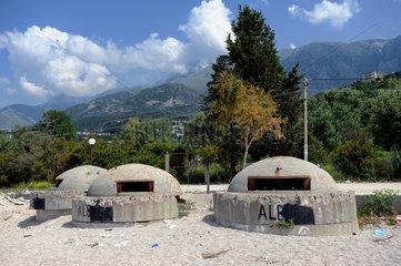 Dhermi  Albanien  alte Bunkeranlagen aus den 1970er-Jahren am Strand