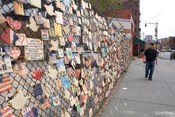 New York City  USA  Zaun mit 'Tiles for America' im Gedenken an die Opfer von 09/11