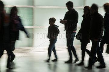 Berlin  Deutschland  Kind in einer Gruppe Erwachsener