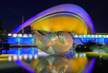 Berlin  beleuchtetes Haus der Kulturen der Welt mit Henry Moore Plastik