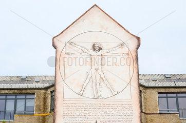 Berlin  Deutschland  Vitruvmann von Leonardo da Vinci an einer Hausfassade