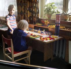 Eisenach  DDR  Kindergartenkinder spielen mit PEBE-Steinen