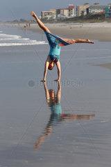 Cape Canaveral  USA  Frau macht am Strand einen Handstand