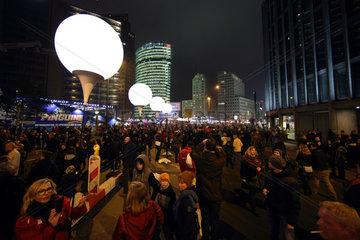 Berlin  Deutschland  Lichtinstallation Lichtgrenze zum 25. Jahrestag des Mauerfalls