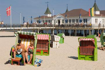 Heringsdorf  Deutschland  Besucher am Strand bei der Seebruecke Ahlbeck