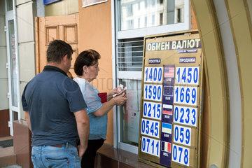 Tiraspol  Republik Moldau  Menschen an einer Wechselstube
