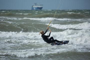 Rostock  Deutschland  Kitesurferin und Schiff in der Ostsee