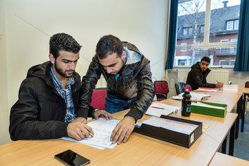 Bremen  Deutschland  syrische Fluechtlinge beim Deutschunterricht