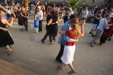 Berlin  Deutschland  Menschen bei einem Open Air Tanzabend im Monbijoupark