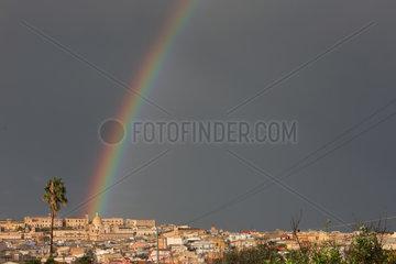 Noto  Italien  Regenbogen ueber der Stadt