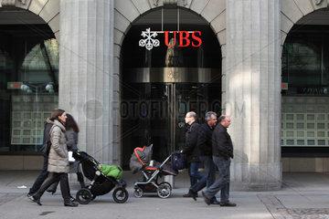 Zuerich  Schweiz  Menschen gehen an einer Filiale der UBS Bank vorbei