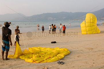 Patong  Thailand  Touristen am Patong Strand auf Ko Phuket beim Parasailing