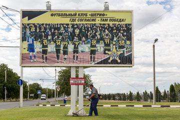 Tiraspol  Republik Moldau  Plakat wirbt fuer die Fussballmannschaft des Sheriff-Konzerns