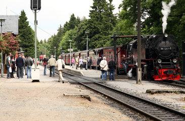 Drei Annen Hohne  Deutschland  die Brockenbahn mit zusteigenden Fahrgaesten